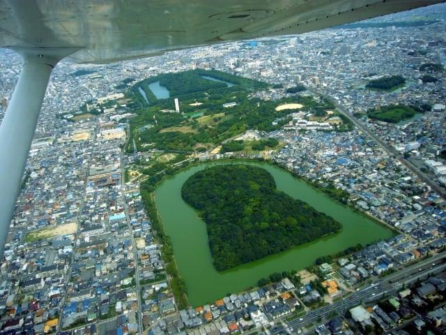 世界最大の墳墓を擁する【百舌鳥・古市古墳群】|日本最大級の前方後円墳のみどころとは?