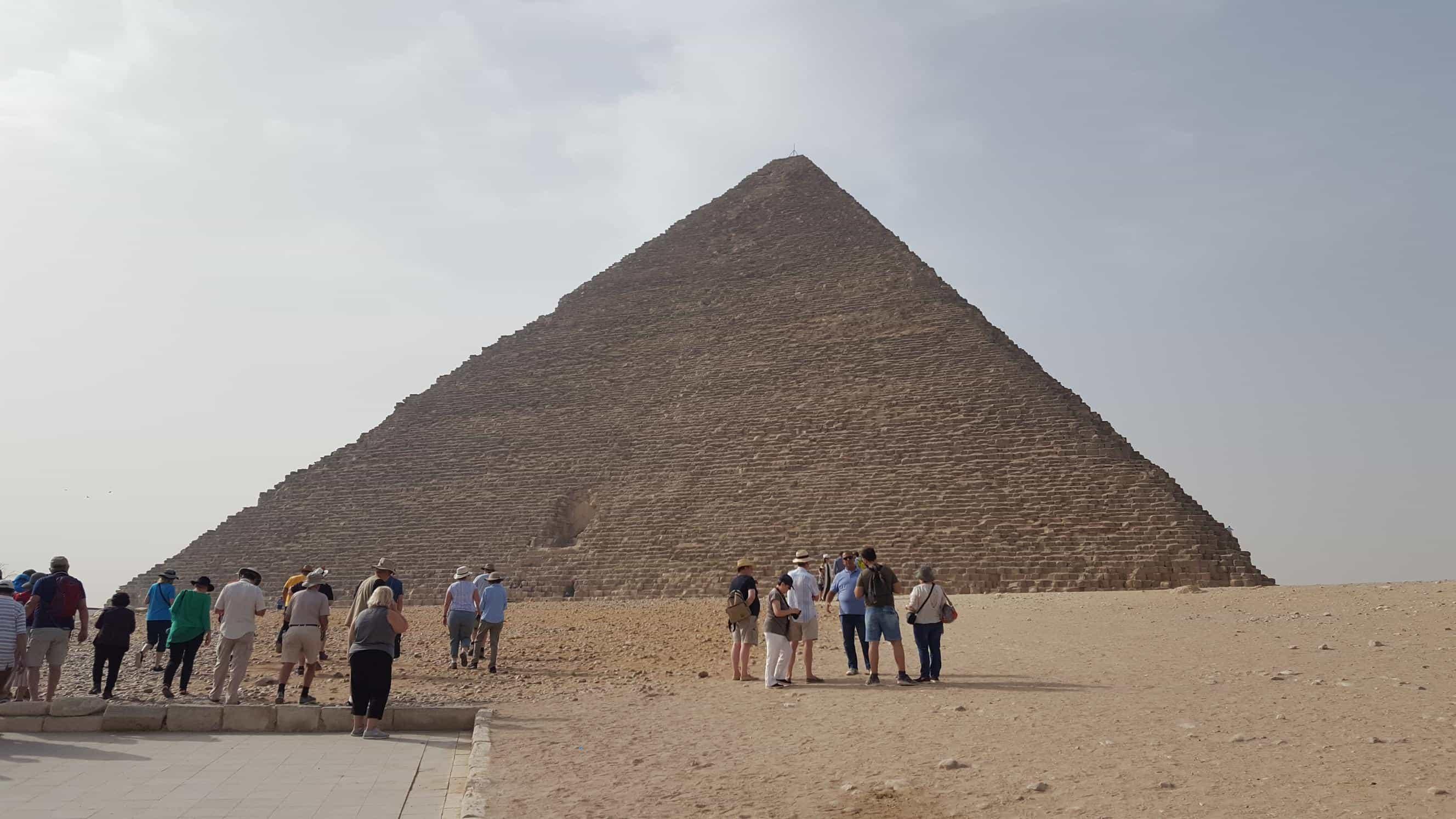 ピラミッドの麓