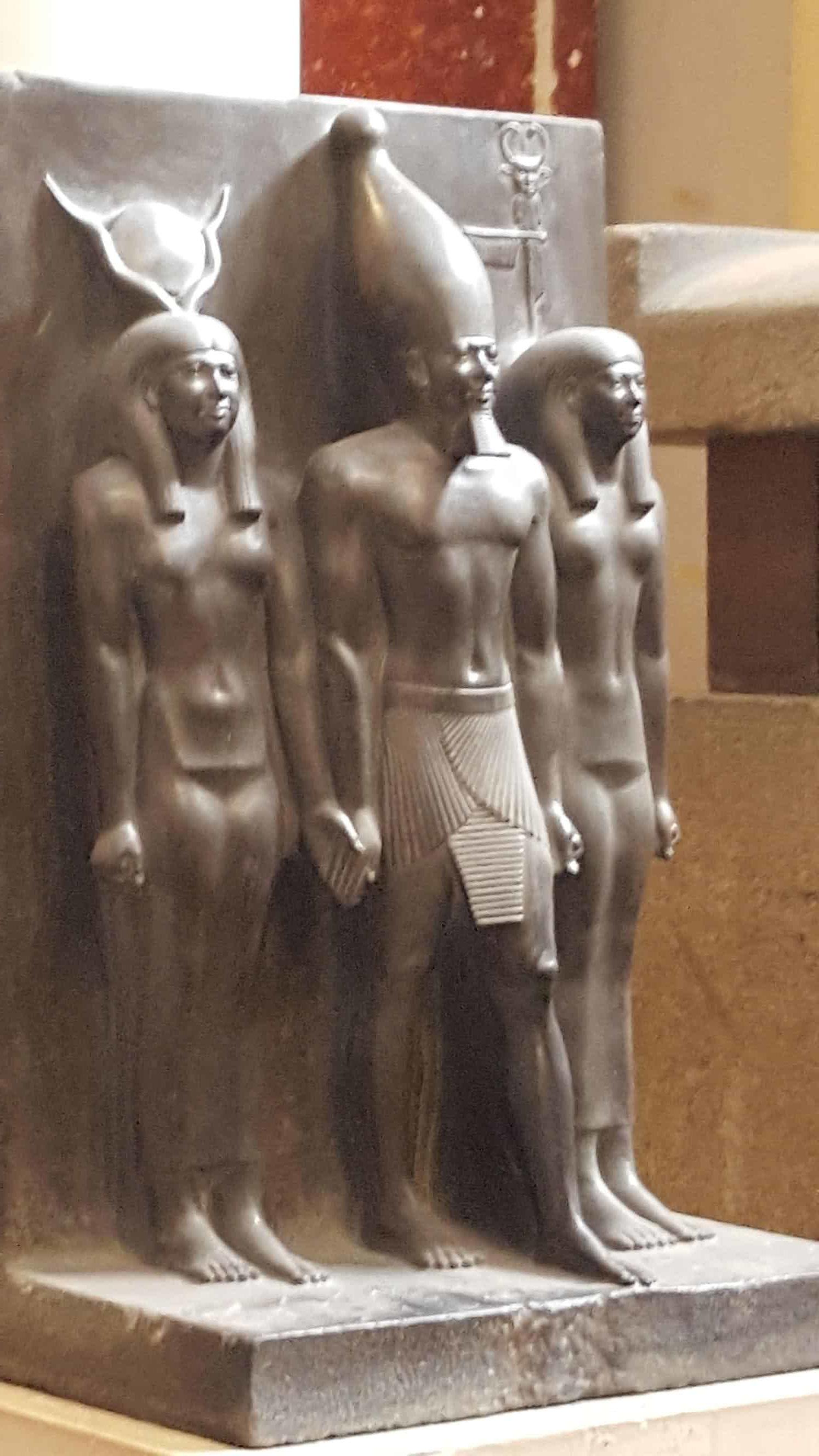 メンカウラー王の三柱像
