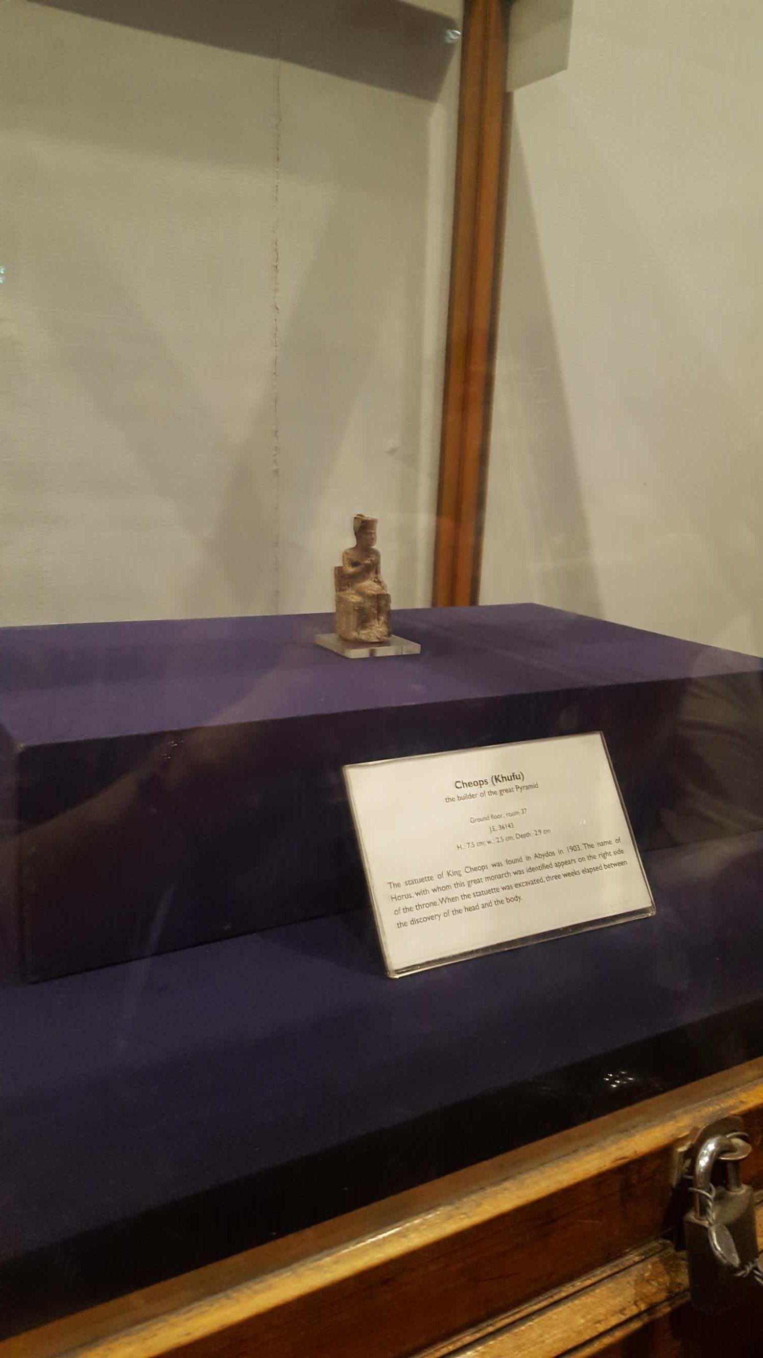 クフ王の像